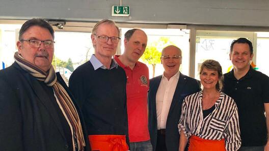 Zu Besuch beim Kindertrödelmarkt der CDU Sinnersdorf: Bürgermeister Frank Keppeler (r.), Bundestagsabgeordneter Dr. Georg Kippels (3. v. r.) und CDU-Partei- und Fraktionsvorsitzender Werner Theisen (l.)