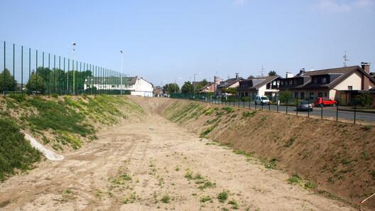 Das Regenrückhaltebecken an der Stommelner Straße nach der Erweiterung 2014